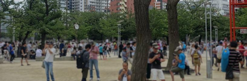 錦糸公園でポケモンGOを楽しむ人々
