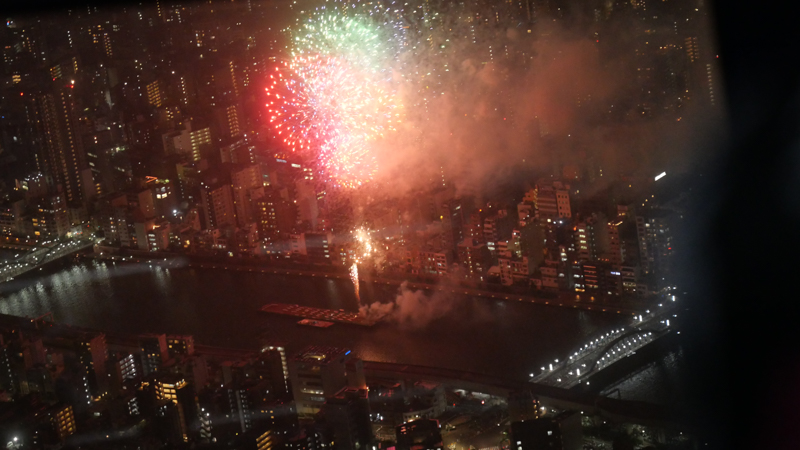 スカイツリー 隅田川花火大会特別営業 天望デッキからの第二会場打ち上げの様子