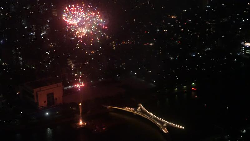 天望デッキ 9-12支柱付近から見る花火